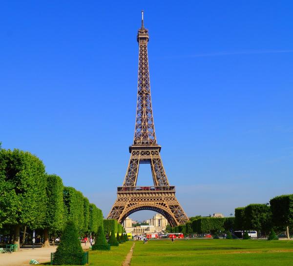 Een blik op de Eiffeltoren in Parijs